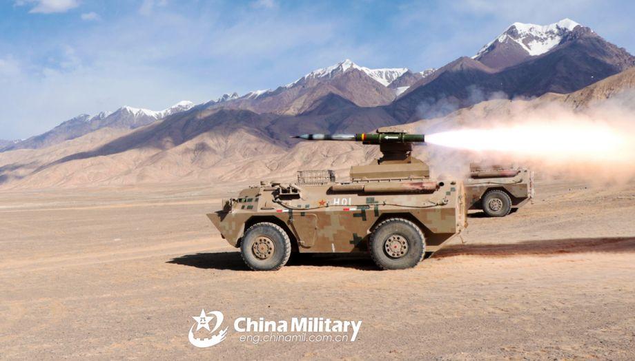 """据中国军网报道称,近日,解放军某部轮式反坦克导弹车在昆仑山腹地进行实弹射击训练。图为国产""""红箭-8""""轮式反坦克导弹车发射导弹瞬间,陈明 李强强 摄。(图片来源:中国军网)14"""