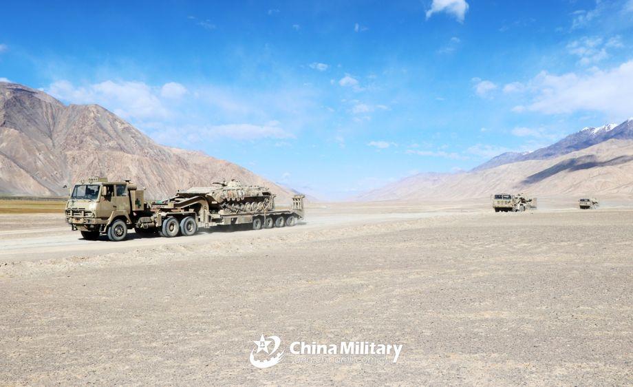 坦克运输车运送装甲步战车在高原荒漠机动,陈明 李强强 摄。(图片来源:中国军网)
