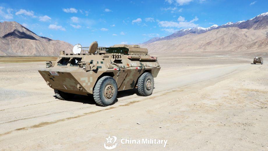 国产轮式反坦克导弹车演练高原荒漠机动,陈明 李强强 摄。(图片来源:中国军网)