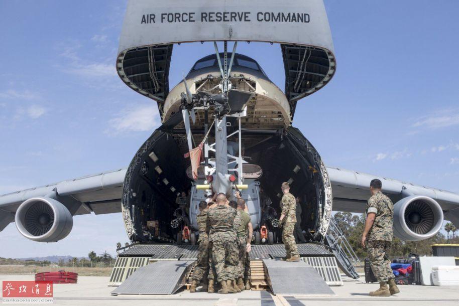 """正面拍摄的UH-1Y装入C-5M货舱特写照,可见C-5M机头上的""""美国空军预备司令部""""英文标识。"""