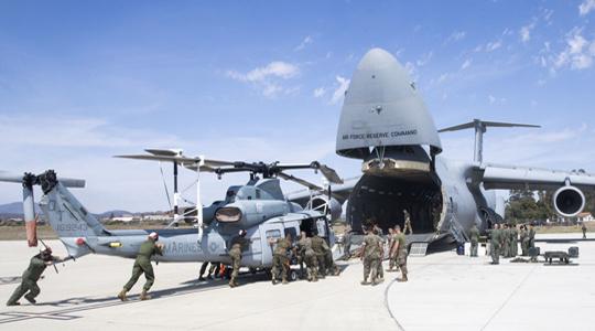 鲸吞直升机!美军C-5运输机空运UH-1