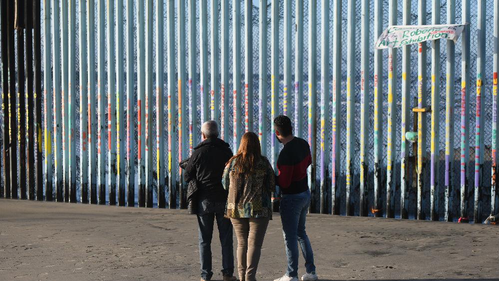 """特朗普实地视察边境墙 赞其为不可逾越的""""世界级安全体系"""""""