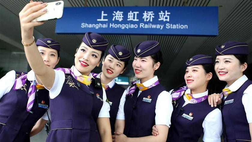 列车乘务员换装迎国庆