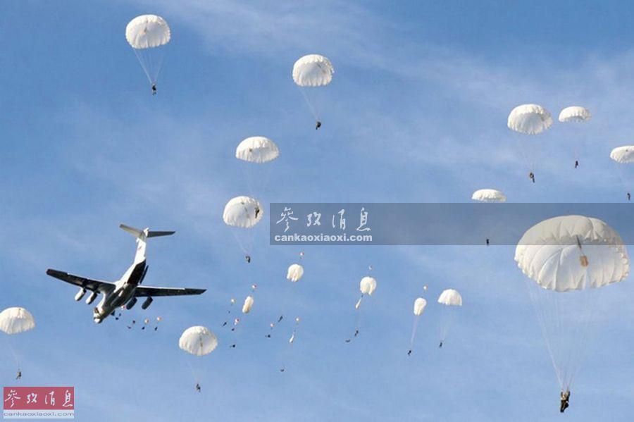 """伊尔-76机群抵达预定区域后,2000多名伞兵从机群中鱼贯而出,一时间""""伞花""""铺满天空,场面壮观酷似战争电影。"""