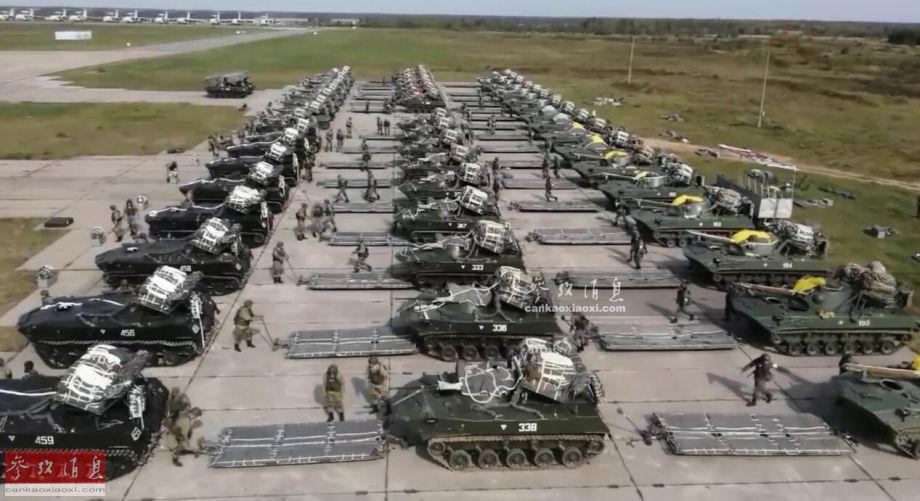 """9月21日,俄中央军区 """"中部-2019""""战略军演期间,俄第98近卫空降师出动下辖的第331空降团的2000多名伞兵以及200辆空降作战车辆搭乘总计71架伊尔-76运输机飞向位于1500公里外的空降演习场,实施了俄军近年来罕见的团级全装备空降演练。图为参演的BMD-2空降车群在进行空降前准备。35"""