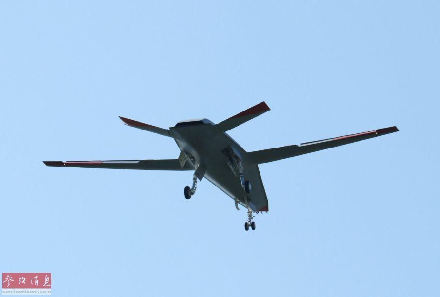 首架MQ-25进行首飞空对空摄影图,可见并未收起起落架。