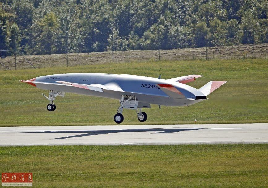 """9月19日,美海军首架MQ-25""""黄貂鱼""""隐身无人加油机在位于美国伊利诺伊州马斯库塔的圣路易斯试飞场成功完成首飞。此次MQ-25首飞耗时2小时。图为首架MQ-25无人加油机原型机成功首飞瞬间。32"""