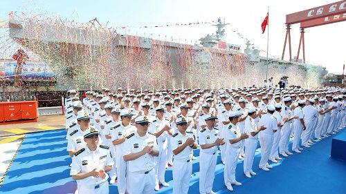 外媒关注:中国海军首艘两栖攻击舰下水