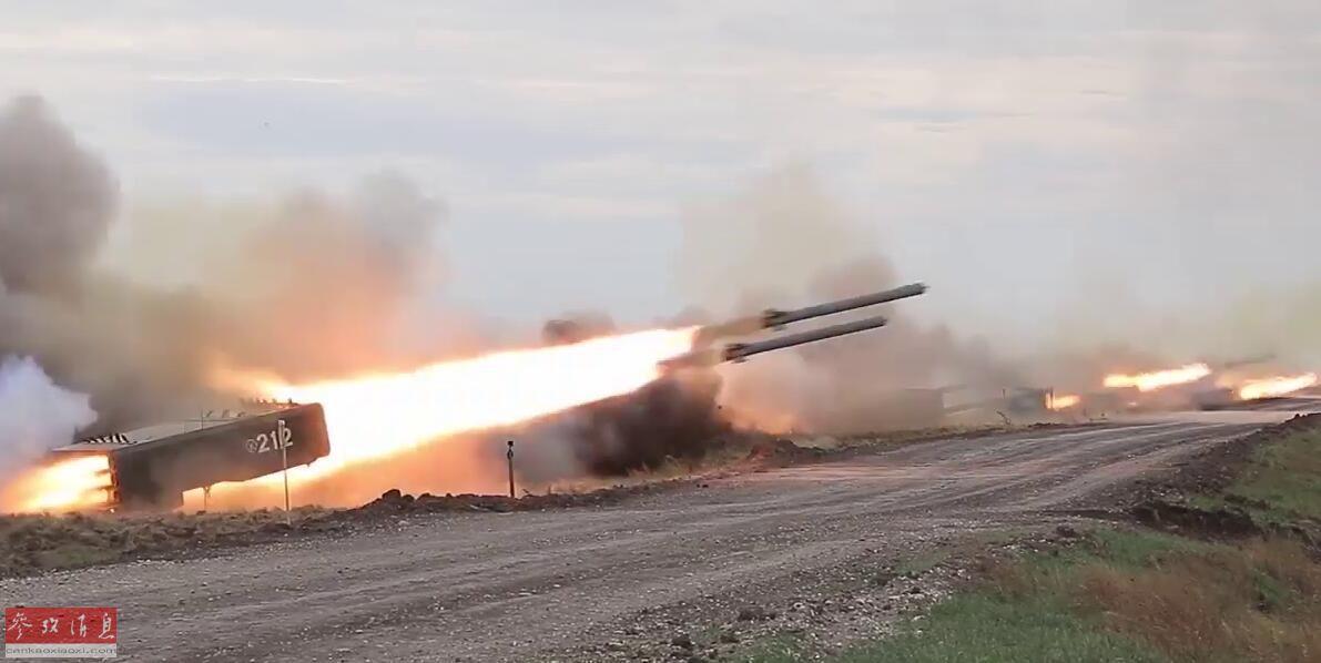 """此次亮相的""""第1大利器""""是TOS-1A自行特种多管火箭炮,绰号""""炽日"""",其采用T-72坦克底盘,搭载有24联装220毫米多管火箭发射器。TOS-1A在俄军中又被称为""""喷火坦克"""",因其发射的是特种燃烧式火箭弹,火箭弹内所装燃料为化工制品三乙基铝,其遇空气自燃,遇水爆炸,土掩后外露仍能自燃,而且还能填充云爆剂,作为燃料空气炸弹使用。参演俄军TOS-1A齐射火箭弹瞬间。"""
