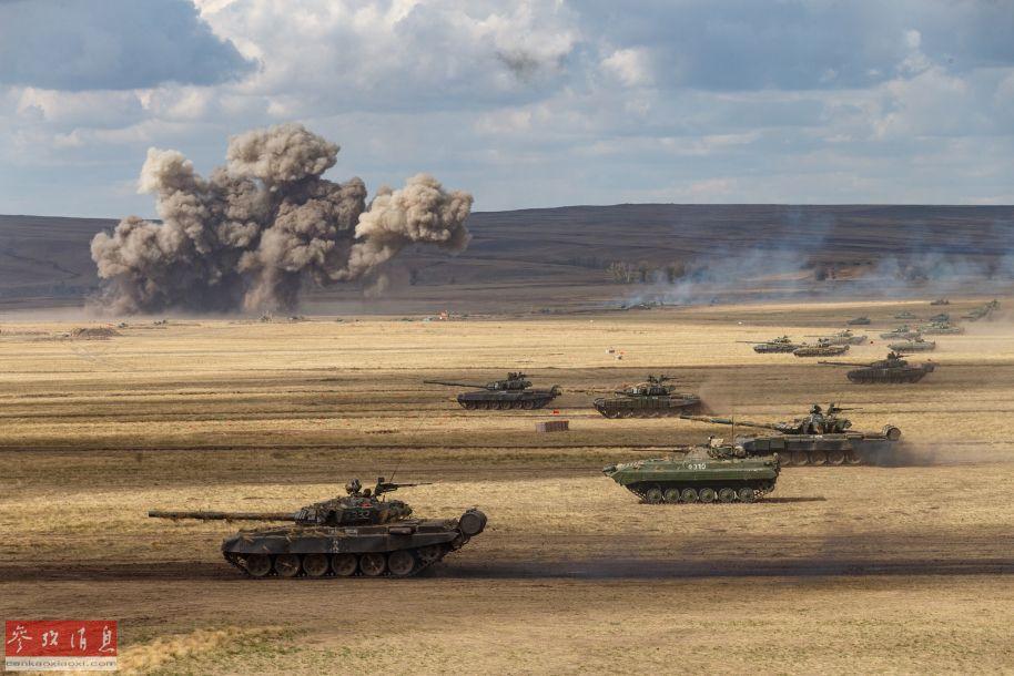 """俄国防部近日放出一组陆海空三栖主战装备参加""""中部-2019""""战略军演的打靶视频,其中出现了TOS-1A自行特种多管火箭炮、""""伊斯坎德尔-M""""战术导弹、2S4""""郁金香""""240毫米重型迫击炮这""""3大利器"""",俄军高调展示上述武器,对美国及北约均有较强的威慑意味。图为俄军装甲集群进行突袭演练。29"""