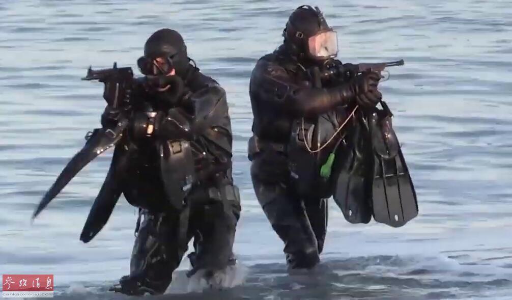 俄北方舰队PDSS突击分队蛙人率先上岸检查登陆场是否存在爆炸物。