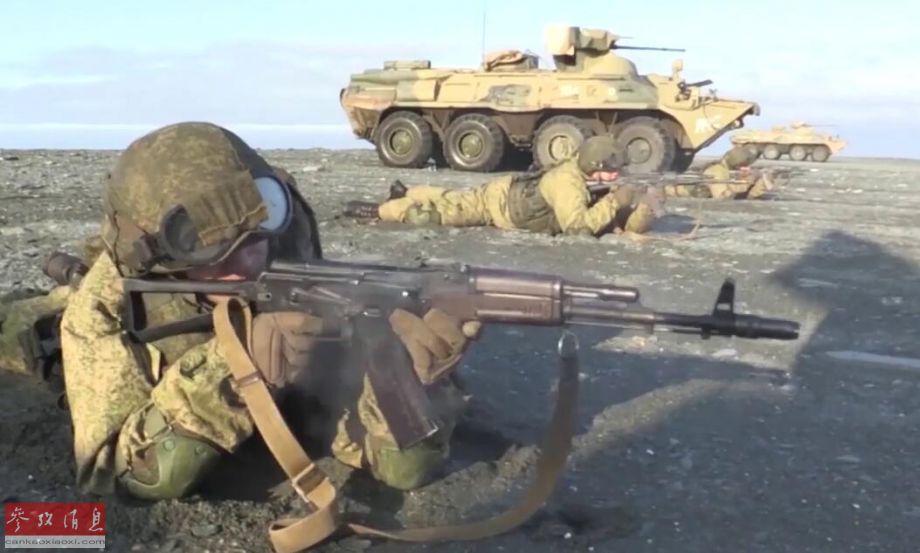 """近日,俄北方舰队出动包括海军陆战队、""""反水下破坏防御部队""""(PDSS)蛙人部队在内的大批兵力,以及BTR-82A轮式装甲车、卡-27直升机以及数艘战舰等装备,在北极圈内北地群岛举行大规模两栖登陆演习。图为俄陆战队员与BTR-82A协同守卫滩头。"""