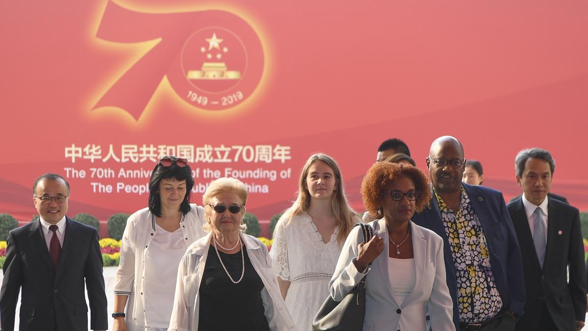 """让友谊辉映未来——记""""友谊勋章""""获得者及代表参观庆祝中华人民共和国成立70周年大型成就展"""