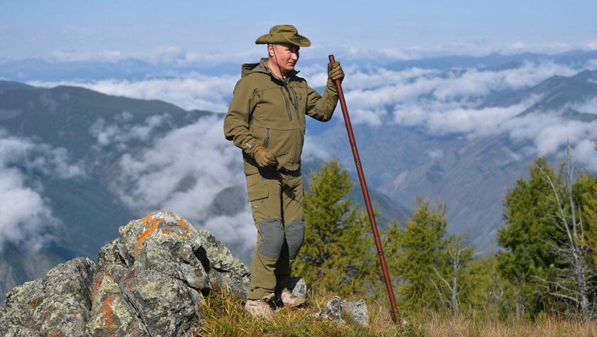 爬山徒步的普京
