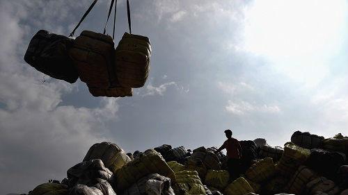 塑料渣滓滞留蓬勃国度 日媒:对海内市场依附太严重