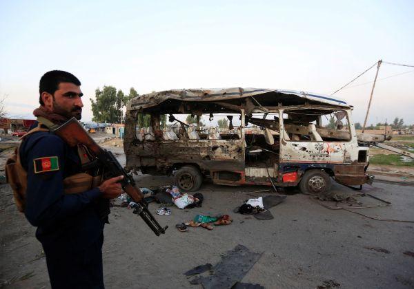 10月7日,在阿富汗贾拉拉巴德,警察查看炸弹袭击事件现场。 新华社/路透