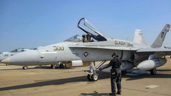 """美F/A-18C""""大黄蜂""""战机作告别飞行:服役近40年"""