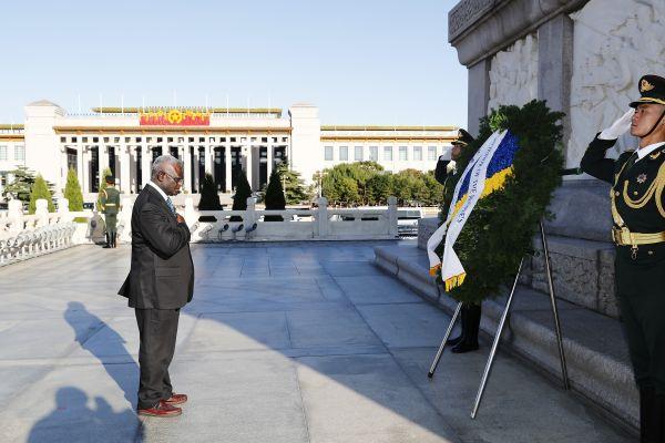 10月8日,所罗门群岛总理索加瓦雷前往北京天安门广场,向人民英雄纪念碑敬献花圈。 (新华社)