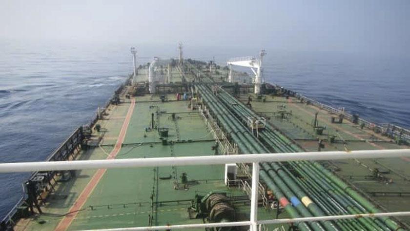 一艘伊朗油轮遭导弹命中发生爆炸
