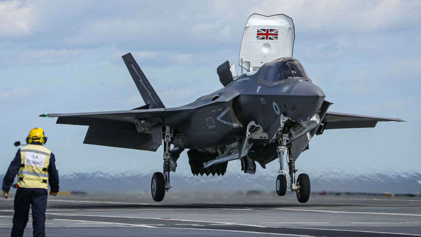 """不用借飞机了!英军F-35B首次在""""伊丽莎白女王""""号航母上起降"""