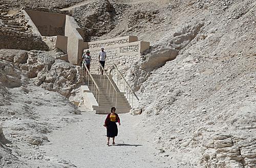英媒:考古学家发现图坦卡蒙墓穴作坊及数十具古埃及木棺