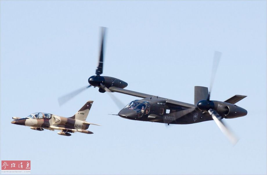 """近日,在美国德克萨斯州沃斯堡举行的""""贝尔沃斯堡联盟""""航展上,美陆军的V-280倾转旋翼机(原型机)首次与L-39喷气式教练机同台献艺,颇有与后者""""比拼速度""""的节奏。图为V-280与L-39教练机低空编队通场。38"""
