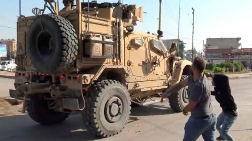 美军撤离叙利亚北部城镇 沿途遭愤怒的库尔德人丢土豆