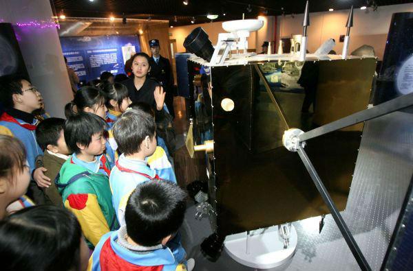 小学生参观嫦娥一号模型