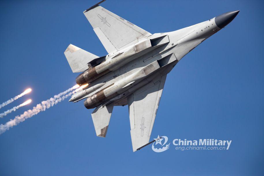 歼-16高速盘旋,同时释放红外热焰弹。(图片来源:中国军网 杨盼摄)