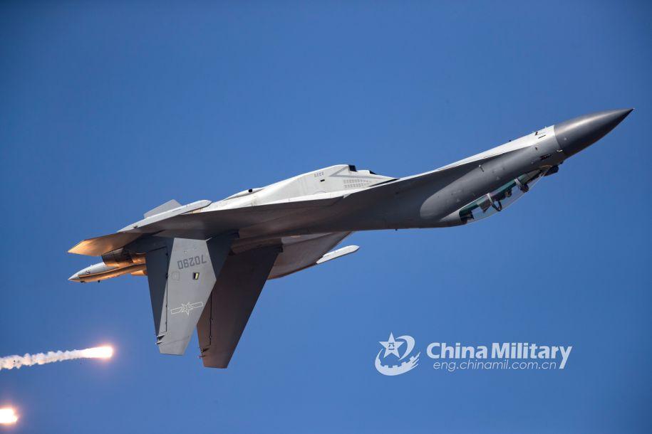 歼-16倒飞同时,释放热焰弹。(图片来源:中国军网 杨盼摄)
