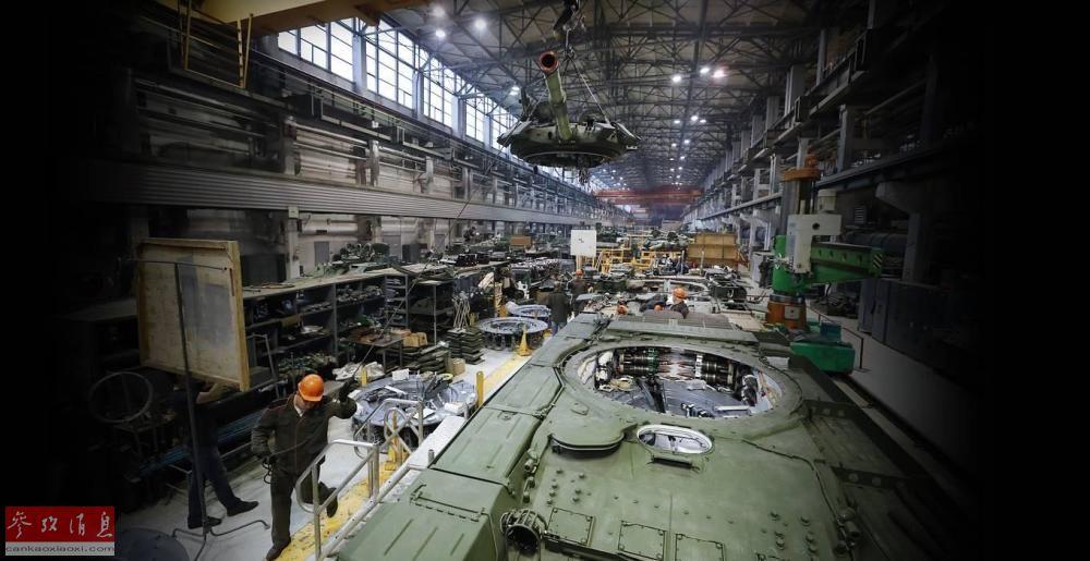 近日,俄国防部放出一组斯维尔德洛夫斯克州坦克工厂将老式T-72坦克升级为T-72B3改进型坦克的高清图。图为斯维尔德洛夫斯克州坦克工厂全景照,可见起吊的T-72坦克炮塔和升级改进中的坦克底盘。14