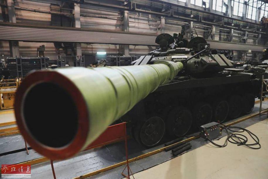 正在加装爆炸反应装甲的T-72B3坦克125毫米主炮特写。