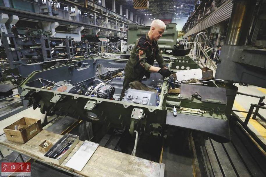 技术工人正在对T-72坦克底盘进行升级改造。