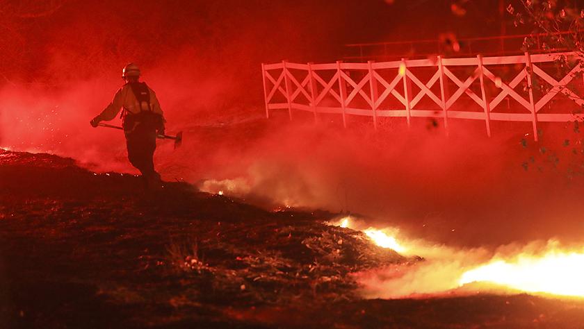 美国加州发生多处山火致数万居民撤离