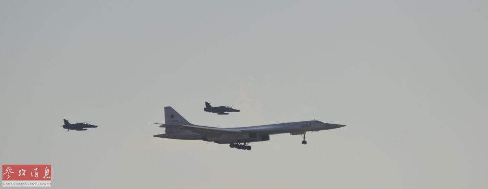 """南非空军专门派出2架""""霍克""""教练机伴飞并迎接俄军图-160抵达。"""
