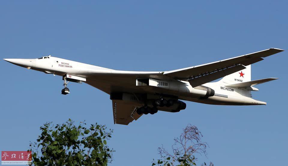 """俄国防部网站放出一组10月23日,俄空天军2架图-160战略轰炸机飞抵南非沃特卢夫基地的高清图,这是该型轰炸机首次现身非洲。南非空军还专门派出2架""""霍克""""教练机伴飞并迎接俄军图-160轰炸机抵达。图为地面视角拍摄刚飞抵南非的图-160。11"""