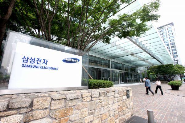 在韩国首都首尔,人们从三星电子总部门前走过。