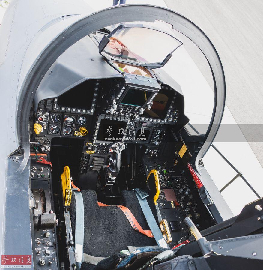 """2019年10月15日至10月20日,2019届韩国首尔国际航空航天暨军工业展览会(简称首尔航展)在首尔机场举行。其中韩国国产KF-X隐身战机模型、军用排爆机器人等是首次参展。包括韩国空军美制F-35A、F-15K、KF-16战机以及俄制卡-27直升机等现役主力机型亦有参展,其中观众甚至有机会近距离拍摄F-15K战机的座舱。这种美、俄制战机在同一国部队内""""同台展示""""的机会并不多见。图为F-15K座舱特写照。(现场图片由热心军迷Oppa从前方独家传回,特此感谢)8"""
