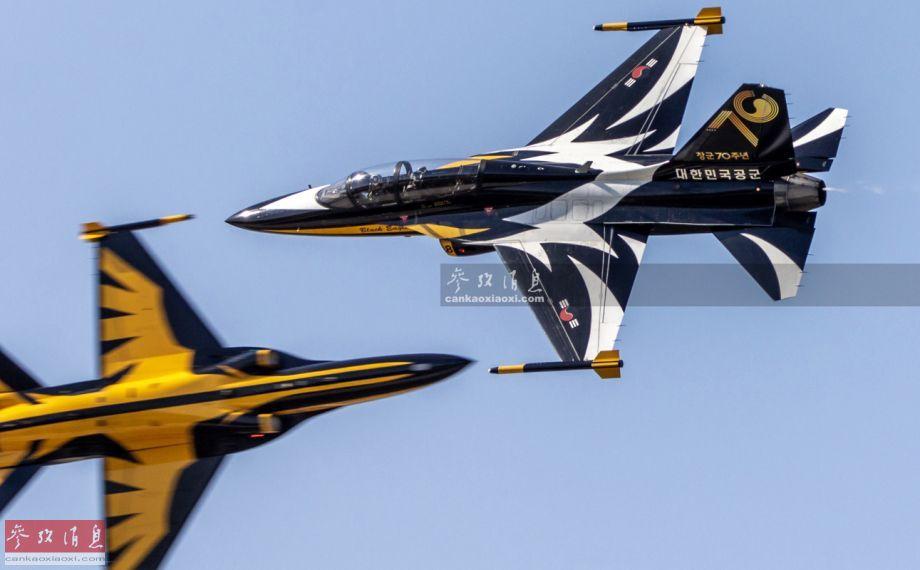 """在航展上进行特技飞行表演的韩军""""黑鹰""""表演队T-50高级教练机,机身上的70图案为纪念韩国空军成立70周年。"""