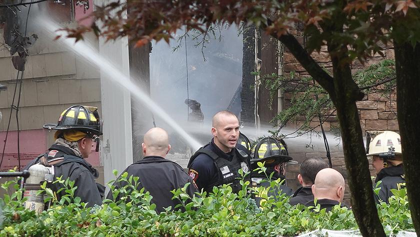 美国一架小型飞机坠入住宅区致房屋着火