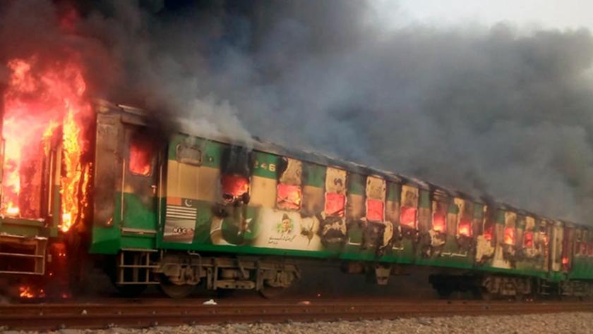巴基斯坦一旅客列车起火