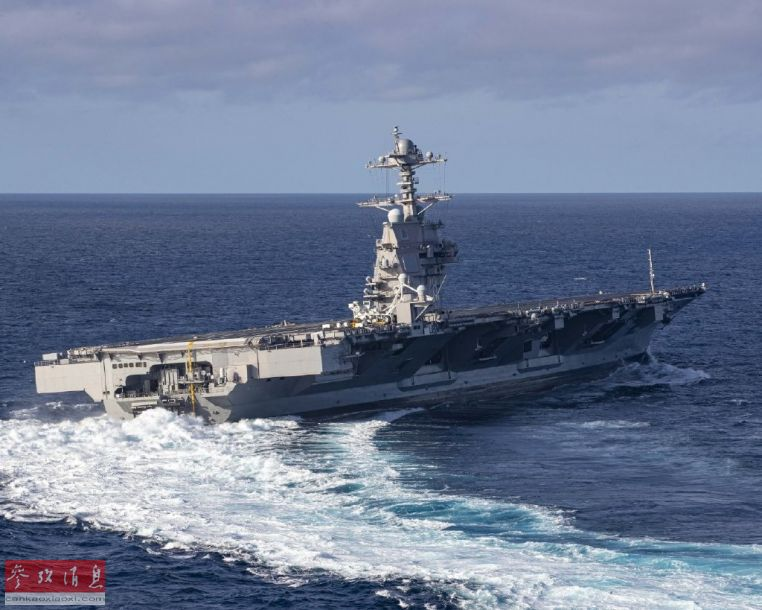 """高速转向也是美军大型战舰交付前的""""必过科目""""。这一机动在实战中是必不可少的,在二战时期,交战双方的主力舰都曾依靠该机动躲避过战机空袭。图为高速转向中的""""福特""""号航母,从舰艉的尾流可看出该舰处于高航速状态。"""