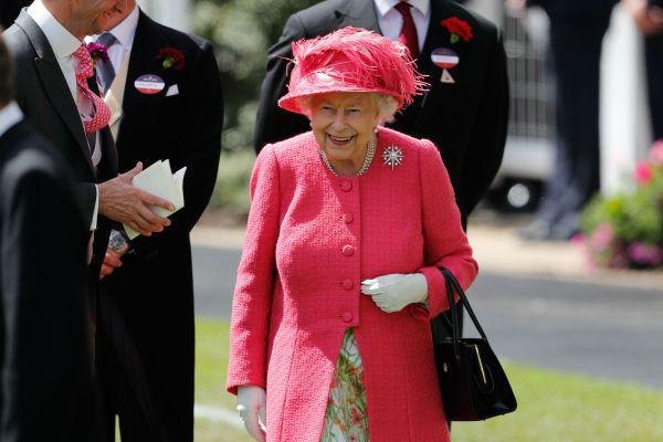 """英国女王衣橱有哪些""""玄机"""" 王室造型师揭秘——"""