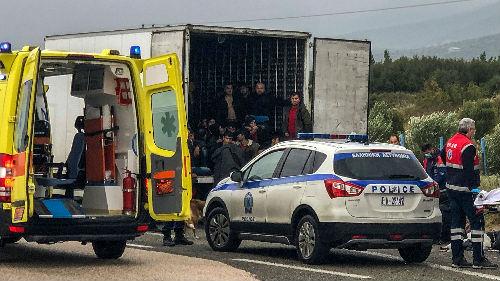 """希腊警方查获""""移民冷藏车"""" 外媒:41名移民都还活着"""