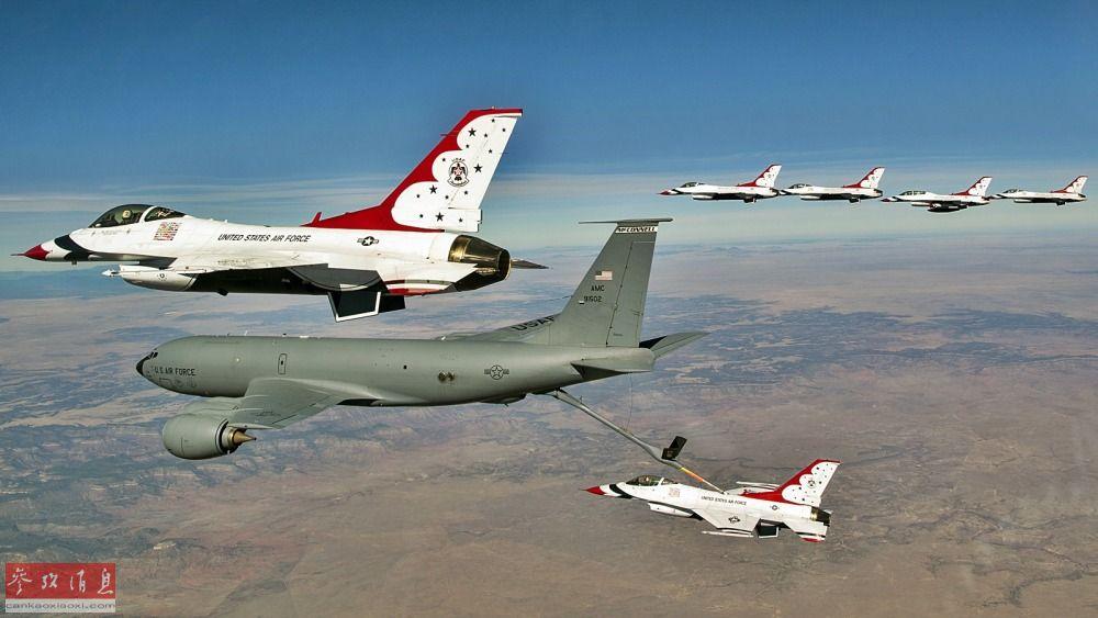 """""""雷鸟""""表演队F-16战机进行编队空中加油。"""