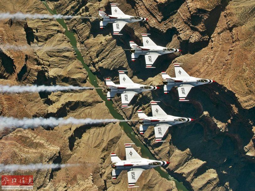 """俯拍视角拍摄的""""雷鸟""""表演队F-16密集编队飞越科罗拉多大峡谷瞬间。"""