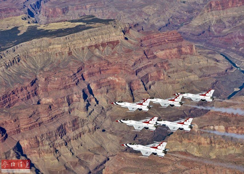 """11月4日,美国空军""""雷鸟""""飞行表演队在完成纽约航展表演后,返回内利斯基地的途中,在经过科罗拉多大峡谷时,进行了编队拍照合影。图为""""雷鸟""""表演队F-16战机以密集编队即将飞越大峡谷。17"""