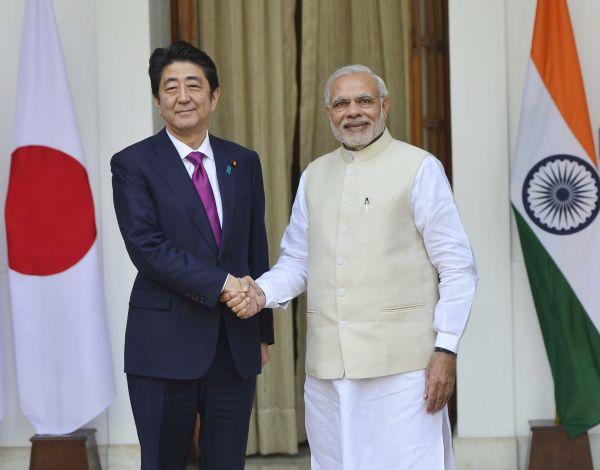 资料图:2015年12月12日,在印度新德里,日本首相安倍晋三(左)与印度总理莫迪握手合影。新华社发