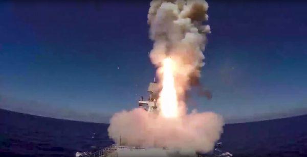"""资料图:俄海军""""埃森海军上将""""号护卫舰发射""""口径""""巡航导弹。新华社/美联"""