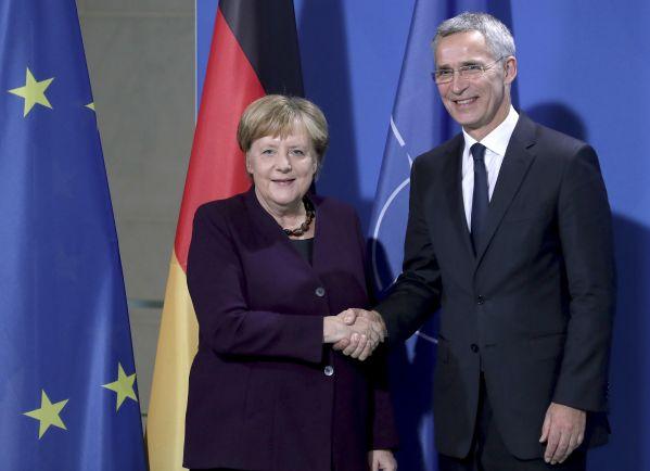 11月7日,在德国首都柏林的总理府,德国总理默克尔(左)与北约秘书长斯托尔滕贝格在新闻发布会后合影。新华社/美联